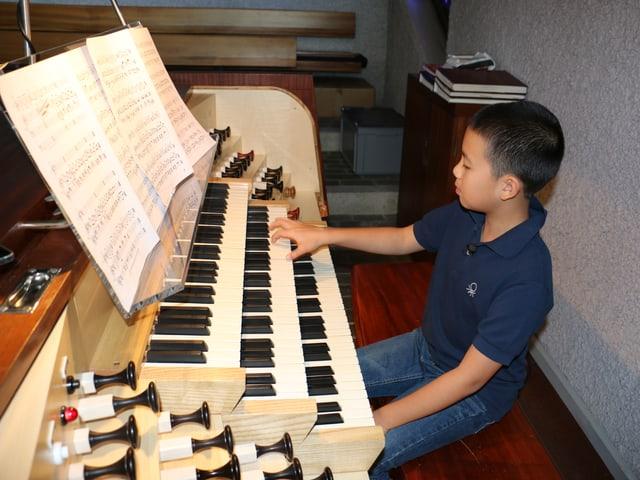 Jamie an der Orgel