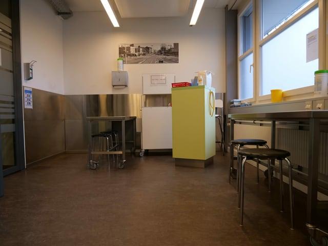 leerer Raum mit Hockern und Desinfektionsmittel