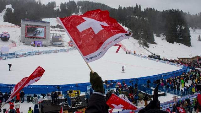 Eine Schweizerfahne im Zielstadion auf der Lenzerheide.