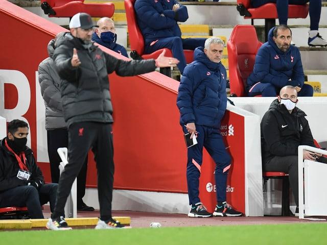 Jürgen Klopp und José Mourinho an der Seitenlinie.