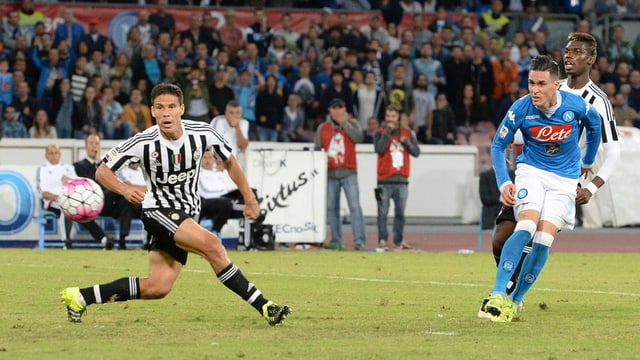 Ein Juventus-Spieler schaut dem Ball hinterher.