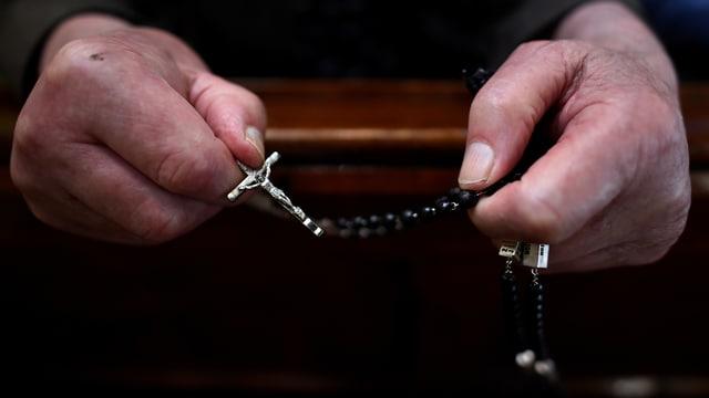 Priester mit Kruzifix