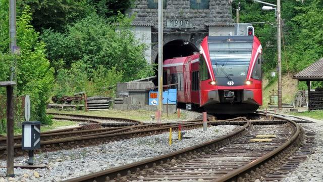 Zug fährt aus dem Weissenstein-Tunnel