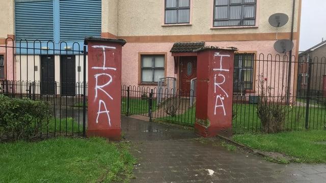 Hauseingang mit Pfosten, auf denen IRA steht.