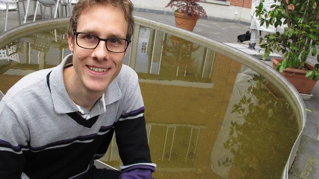 Hochwasser-Spezialist Silvio Moser vor einem Brunnen.