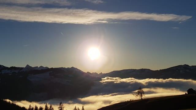 Die Sonne geht über dem Gantrischgebiet auf.