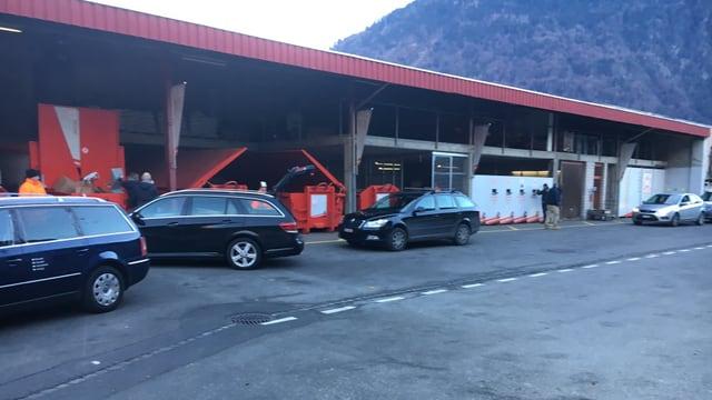 Autos avant il luvratori communal.