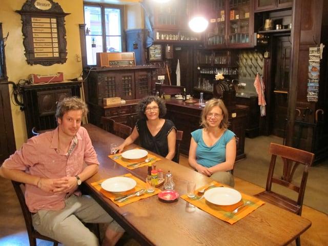 Produktionsleiterin Katharina Furrer (m.) mit den Regisseuren Benno Muheim und Katrin Sauter.