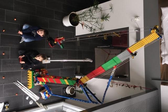 Das Bild zeigt den Kran und die beiden Knaben.