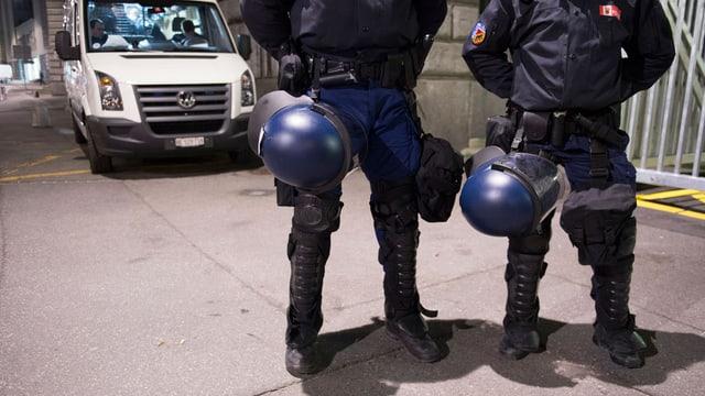 Polizisten in Bern im abendlichen Einsatz.