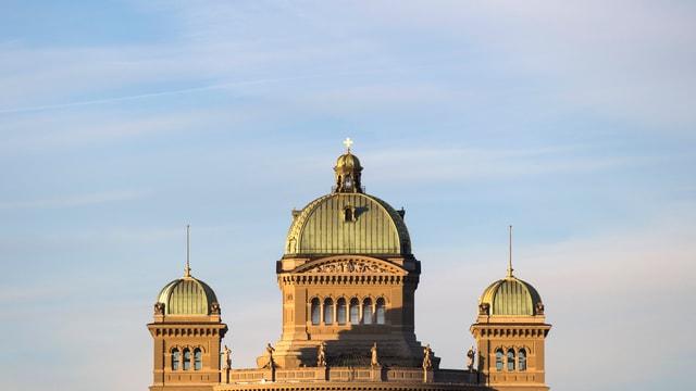 Bundeshaus – drei Kuppeln – in der Sonne.