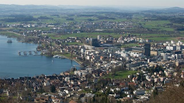 Luftaufnahme der Stadt Zug mit Zugersee.