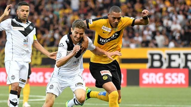 Guillaume Hoarau von den Young Boys im Zweikampf gegen Luganos Fulvio Sulmoni.