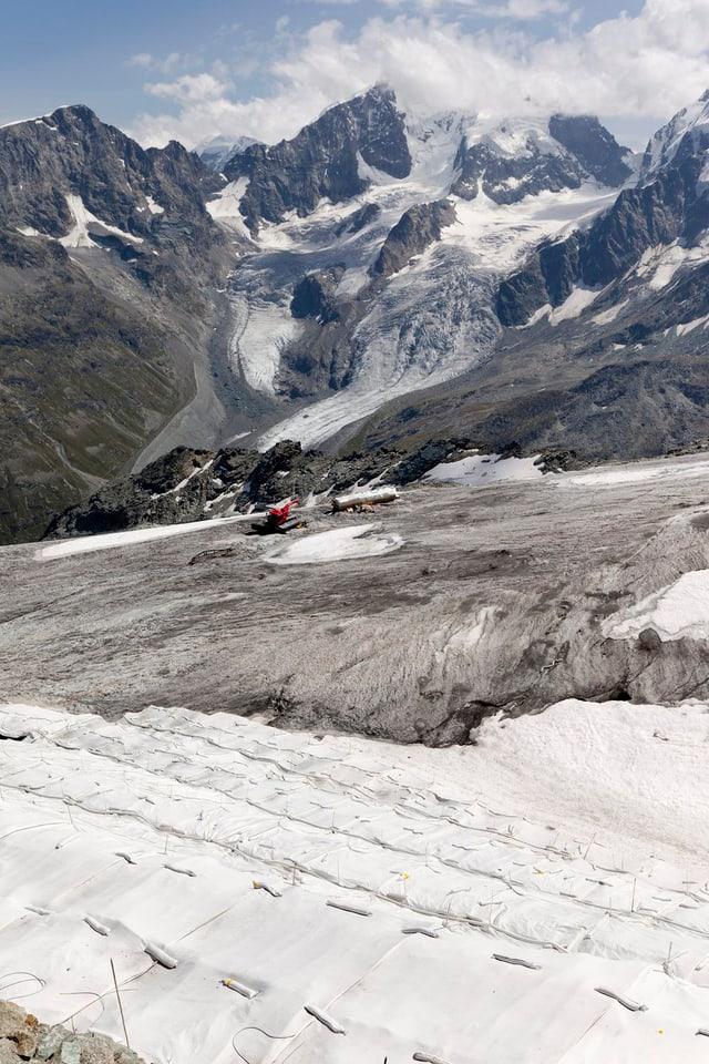 Abdeckplanen schützen den Corvatschgletscher im Oberengadin vor der Schmelze. (Archivbild von 2011)