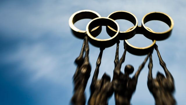 Ina statua davant la sedia dal Comité olimpic internaziunal a Losanna.