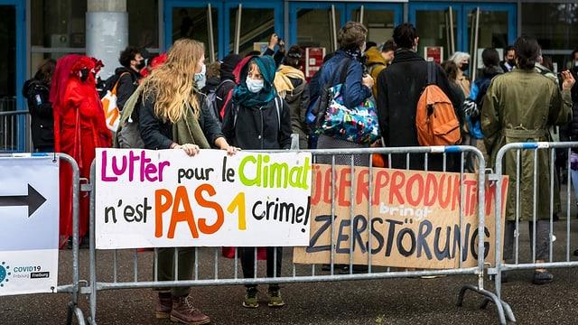 Zum Prozessauftakt im Mai versammelten sich mehrere Menschen zu einer erneuten kleinen Demonstration.