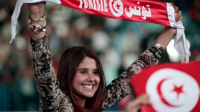Junge Frau mit Banner
