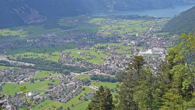 Talboden des Kantons Uri mit See im Hintergrund