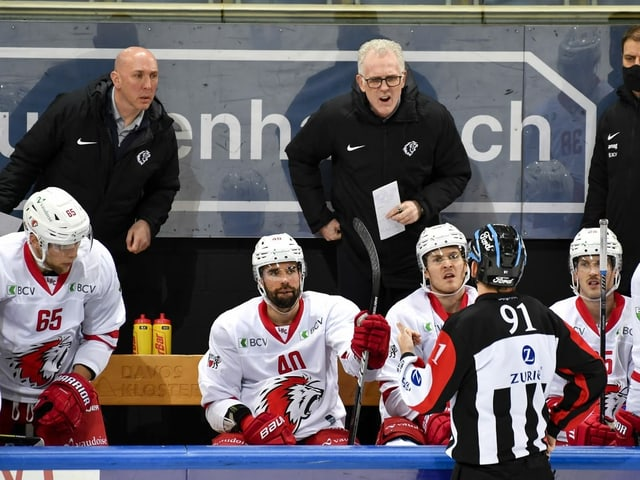 Lausanne-Trainer Craig MacTavish spricht mit dem Schiedsrichter.