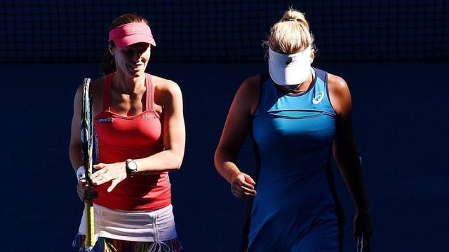 Martina Hingis (links) und Coco Vandeweghe schreiten vom Court