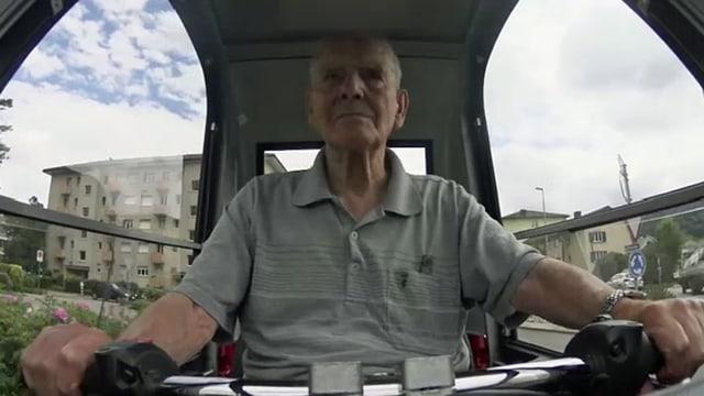 Rentner in einem Elektrofahrzeug.