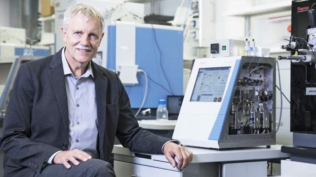 Mann sitzt vor Computer im Labor