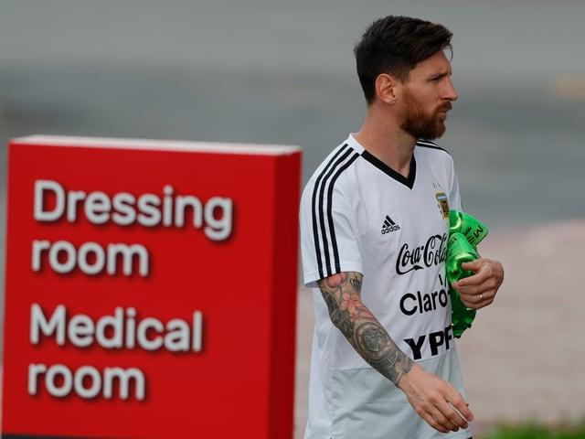 Lionel Messi kommt aus der Garderobe.