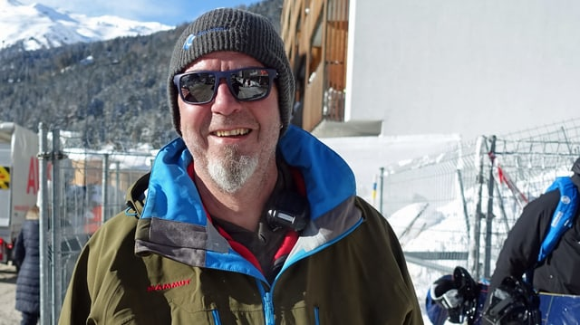Mann mit Kappe, Sonnenbrille und Spitzbart