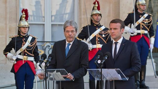 Paolo Gentiloni (sanester) e Emmanuel Macron (dretg) suenter l'emprim inscunter.