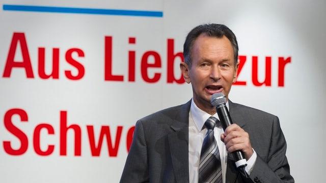 Philipp Müller mit Mikrofon in der Hand