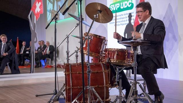 Albert Rösti am Schlagzeug.