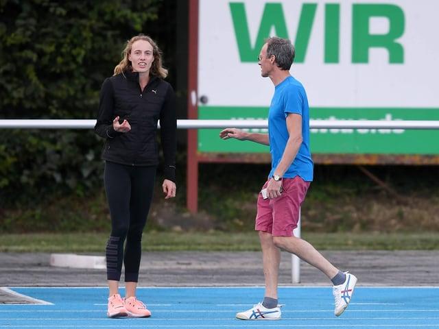 Jackie Baumann und Dieter Baumann gemeinsam auf der Tartanbahn.