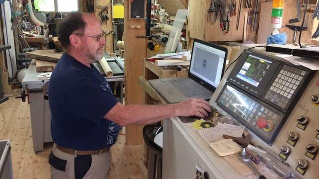 Beat Huber steht am Computer und zeichnet ein neues Instrument