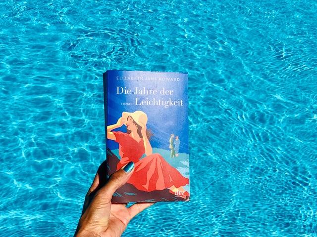 «Die Jahre der Leichtigkeit» von Elizabeth Jane Howard vor leuchtend blauem Wasser