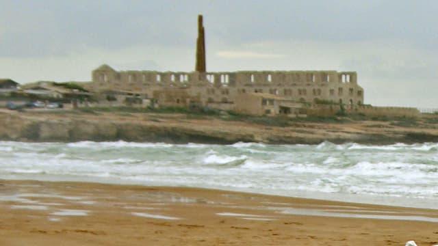 Stadt Pozzallo mit Meer und Strand im Vordergrund.