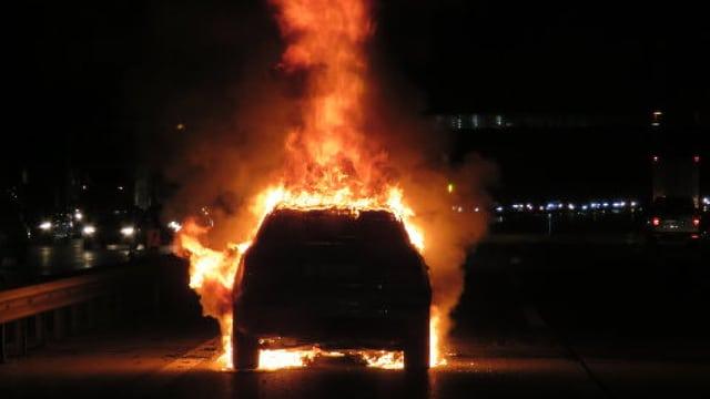 Ein Auto brennt auf der A1.
