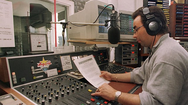 Moderator in altertümlichem Radiostudio