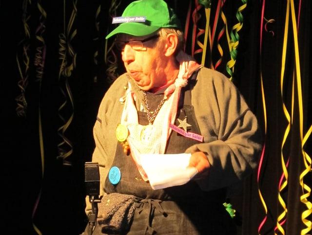 Fritz Rickli unterhält das Publikum.