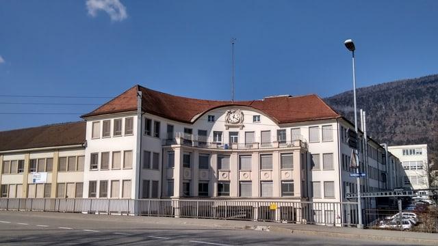 Ein Gebäude mit Uhr von aussen
