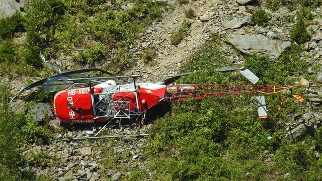 Ein abgestürzter Helikopter von oben