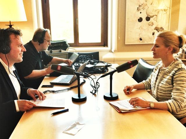 Tagesgesprächs-Leiter Marc Lehmann sitzt an einem Tisch gegenüber Liechtensteins Aussenministerin Aurelia Frick. Auf dem Tisch stehen zwei Mikrofone.