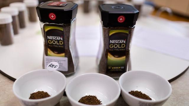 Trais scadiolas cun en pulvra da Nescafé e davostiers dus magiels da café da Nescafé gold