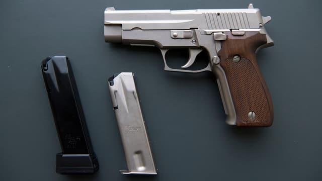 Eine Pistole SIG Sauer P226 mit 15 und 20 Schuss-Magazin.