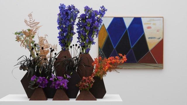 Blumen vor einem Bild