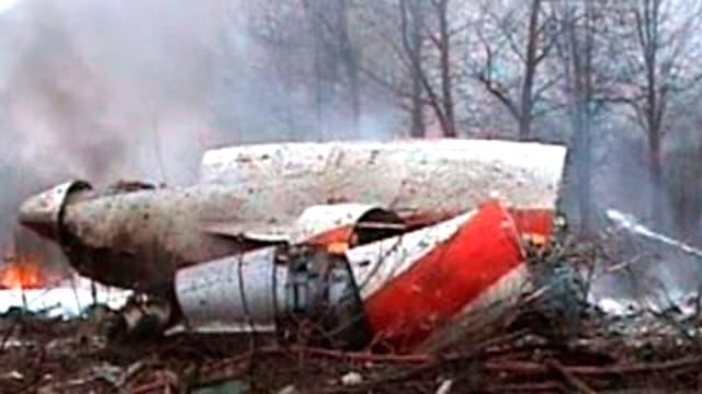 Brennendes und rauchendes Flugzeug-Wrack im russischen Smolensk.