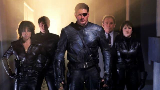 David Hasselhoff posiert mit Augenklappe als Nick Fury gemeinsam mit weiteren Schauspielern.