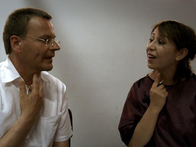 Eine marokkanische Sängerin lehrt einem Schweizer Sänger einen marokkanischen Laut.