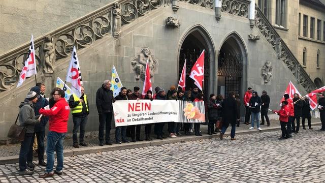 Die Demonstrierenden mit einem Transparent.