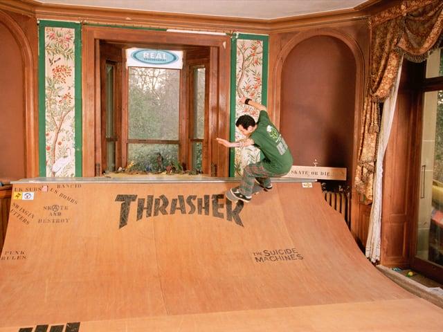 Skater auf Halfpipe in einem Wohnzimmer