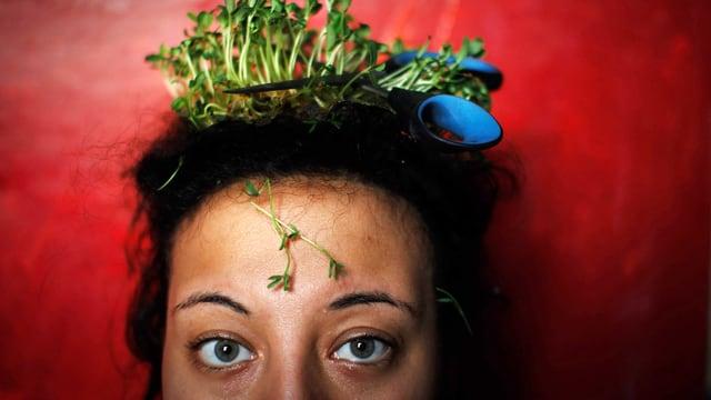 Heba Khalifa wächst Kresse aus den Haaren, darin liegt eine Schere